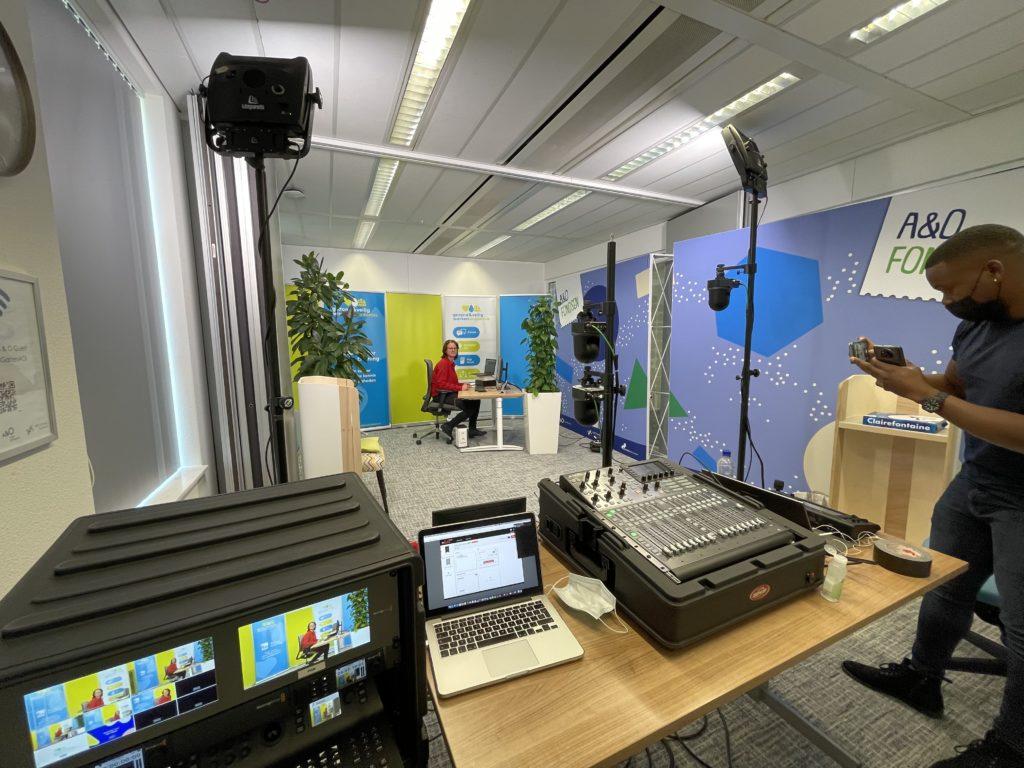 Threy maakt een foto van de studio